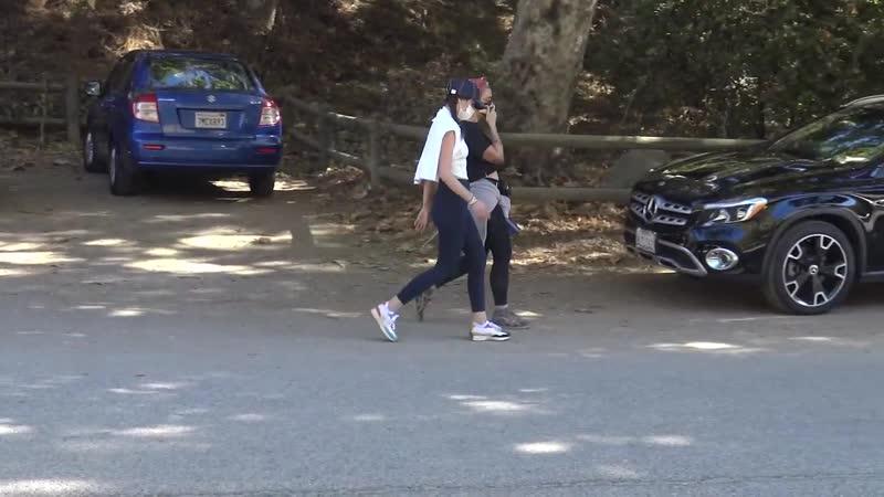 Ана на прогулке в парке Франклин Каньон Беверли Хиллз 29 11 2020