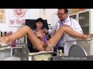 В кабинете гинеколога деваху трахнули секс машиной (Порно, Porn, у гинеколога, Порно, Секс, ХХХ, 18+, Врач трахает)
