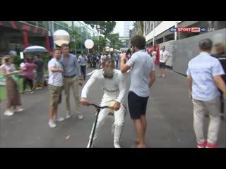 Смотреть без смс и регистрации Льюис Хэмилтон авария телефон болельщик Гран-при Сингапура Формула-1 2019