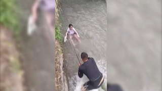 В Бишкеке мужчина спас девочку, упавшую в быстроток /  / НТС