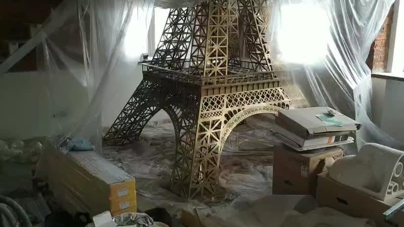 Эйфелева башня как подставка для кровати