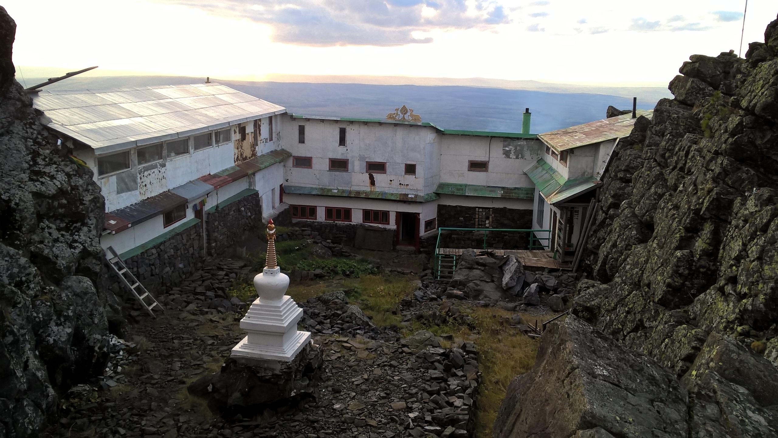 Ступа во дворе Качканарского монастыря
