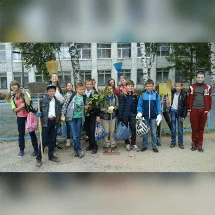 Старшеклассники школы №8 города Петровска поддержали Всероссийскую онлайн-акцию «Последний звонок – 2020»