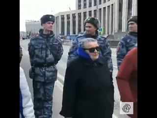 Президентов нам не надо - бабушка прочитала рэп полцаям про полицаев