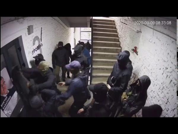 Появилось видео как вчера люди в масках взламывали дверь в штаб Виктора Бабарико