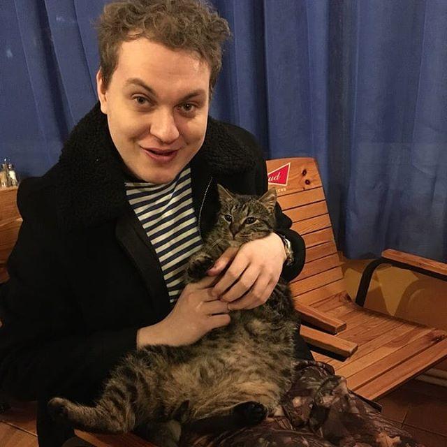 Юрий Хованский: По многочисленным просьбам ловите фото с котейкой из шашоычной