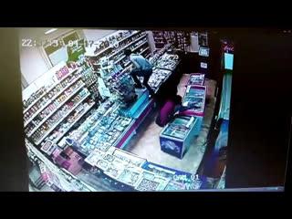 В Великом Новгороде полицейские задержали подозреваемых в разбойном нападении на магазин