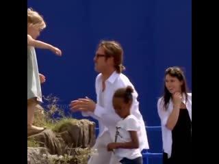 Анджелина Джоли с дочерью Вивьен на съёмках  фильма «Малефисента»😍