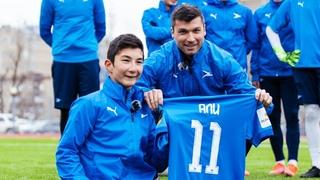 Играл с Марадоной, вручал Суперкубок УЕФА «Ливерпулю» , набивал с Месси и Криштиану. Али – в Стае