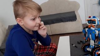 Робот из конструктора LEGO BOOST 17101.