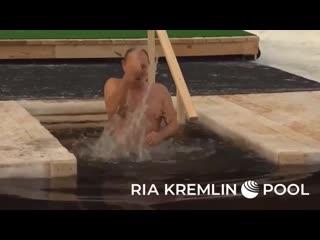Путин принял участие в крещенских купаниях