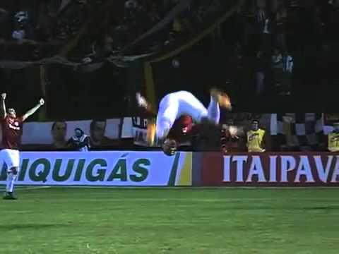 Jogador Maurides do Internacional machuca joelho em comemoração