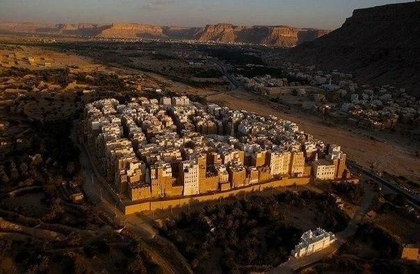 Шибам Манхэттан пустыни. Город в Хадрамауте, Йемен, население около 7000 жителей. Шибам часто называют «старейшим городом небоскрёбов в мире» или «Пустынным Манхэттаном», это также древнейший