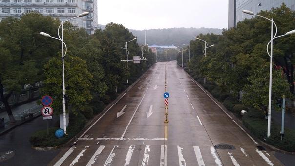 Как коронавирус превратил мегаполис в город-призрак. Китайские города в основном пустынны, туристические достопримечательности закрыты, а кафе требуют проверки температуры и масок. На кадрах,