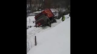 В Пензенской области мусоровоз рухнул с дороги вниз