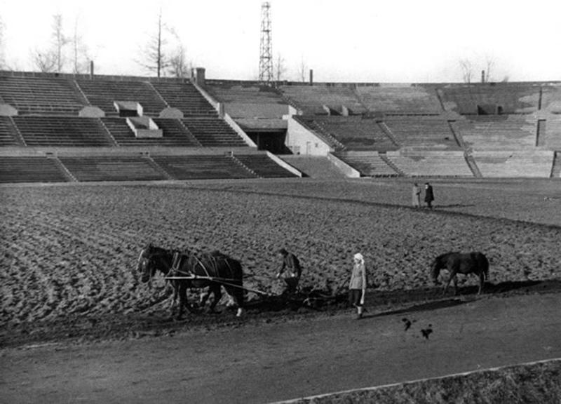 Подготовка футбольного поля стадиона «Динамо» к сезону после реконструкции, Москва, 1935 год.