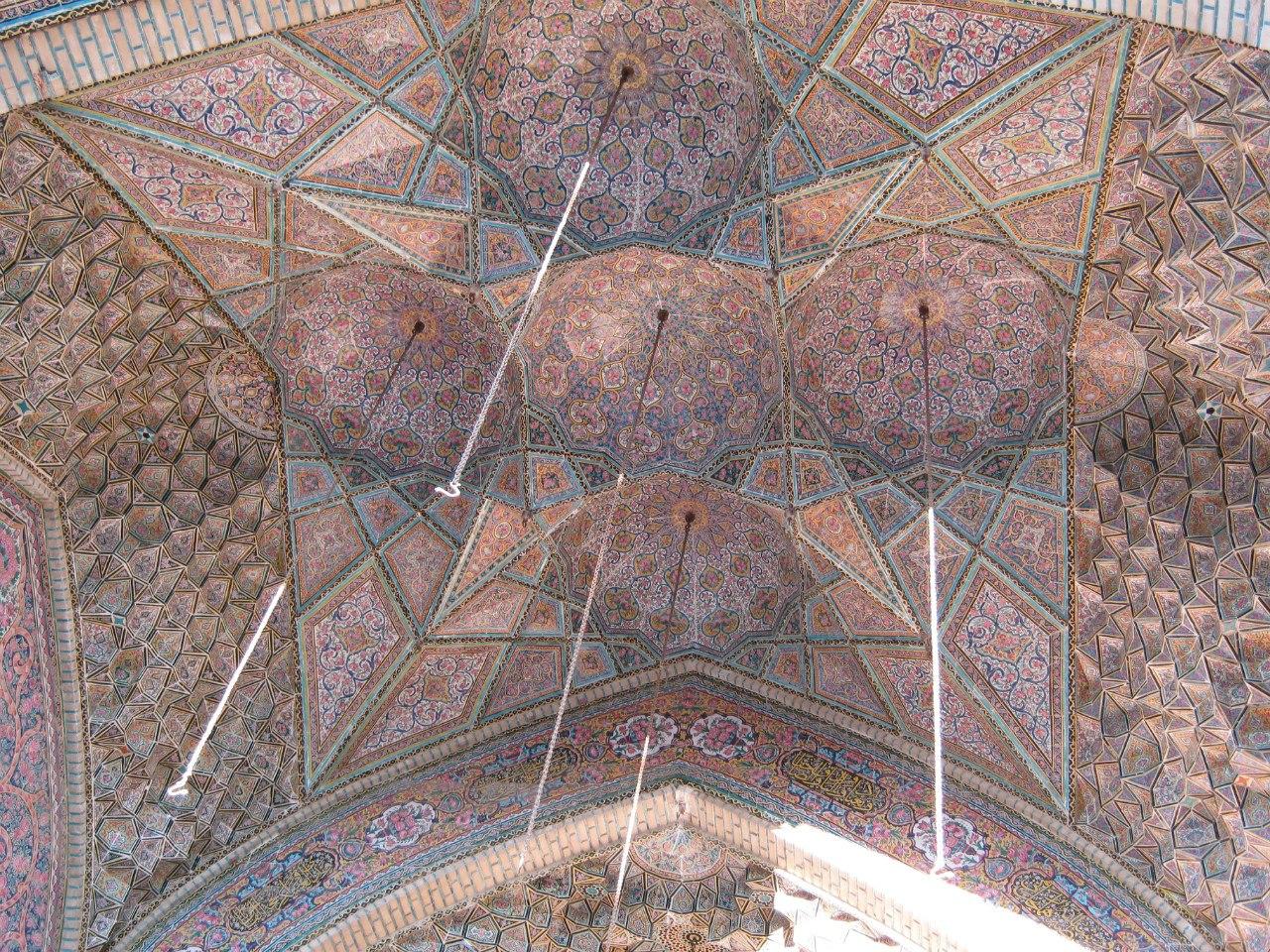 Потолок купола старинной мечети в Ширазе
