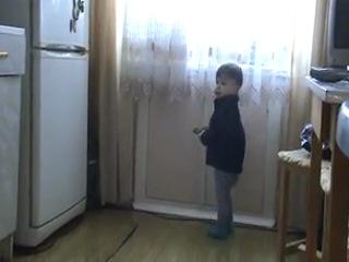 Маленький Вадимка (весна 2010 -1г5м) с бабушкиным мобильником