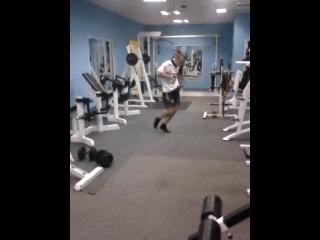 Опаааааасный парень в спортзале. Смотреть всем, это нечто! =)))