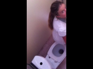 Слив Школьницы В Туалете