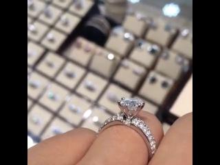 Кольцо с бриллиантом 1.5 карат 1/4 и россыпью общим весом  карат, белое золото, сертификат GIA