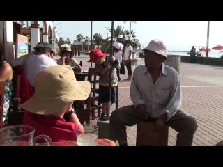 viejito negrito de Chincha tocando el cajon en Peru