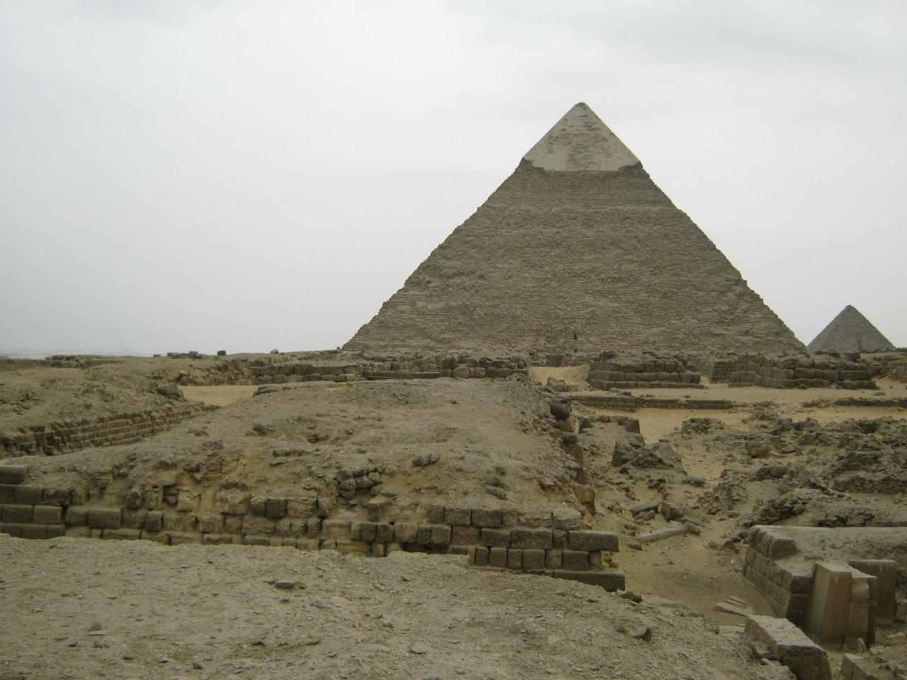 Вокруг пирамид Гизы полно всяких других древних сооружений