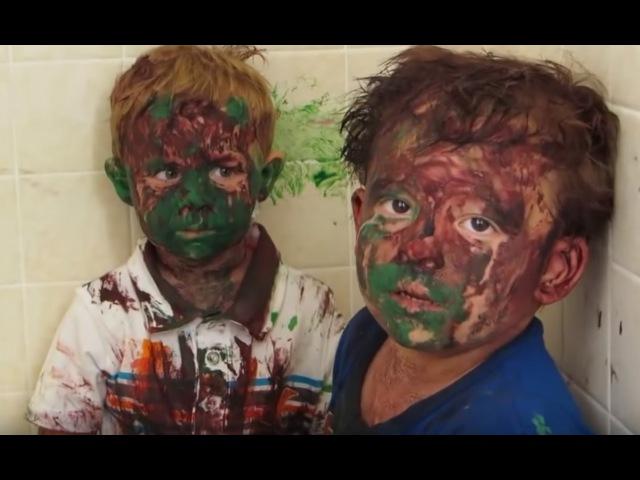 Дети поиграли с краской...