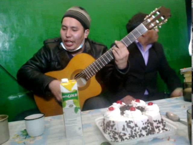 Тувинец - Горловое пение. Офигенное горловое пение и игра на гитаре!