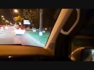 Легковой автомобиль 31.10.2018 едет по тротуару на анапском шоссе в новороссийске