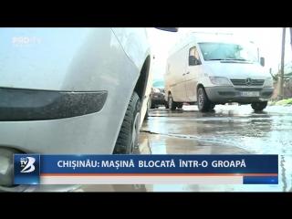 Chișinău: mașină blocată într-o groapă