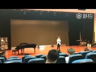 180626  Чжанцзин в Нанкинском университете сдает экзамен по вокалу.