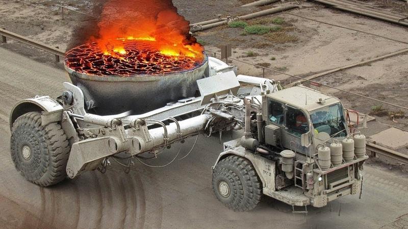 Maquinaria Enorme Transportando Acero Fundido Mineria