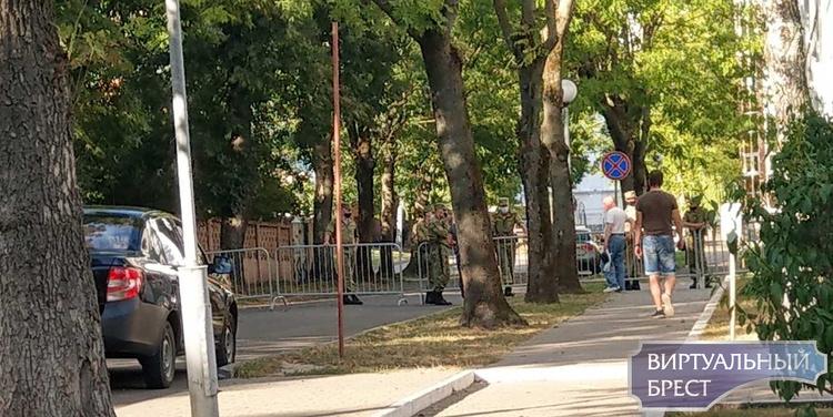 Военные перекрыли турникетами подходы к Машерова с разных улиц