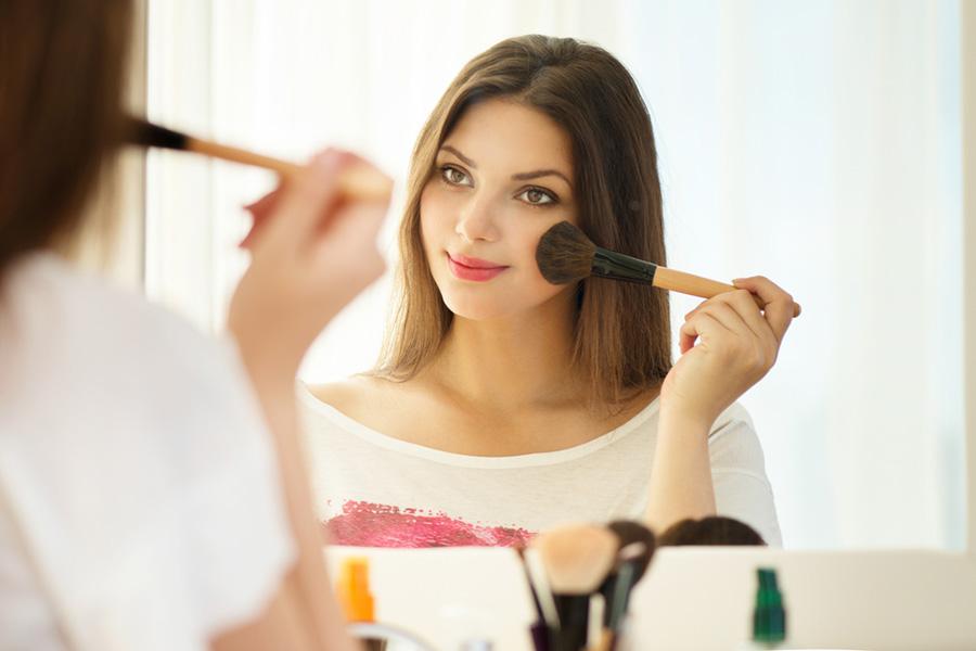 красивая девушка у зеркала