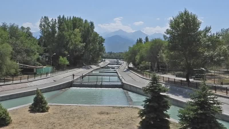 Алма-Ата, русло р. Большая Алматинка — вид с моста на пр. Аль-Фараби