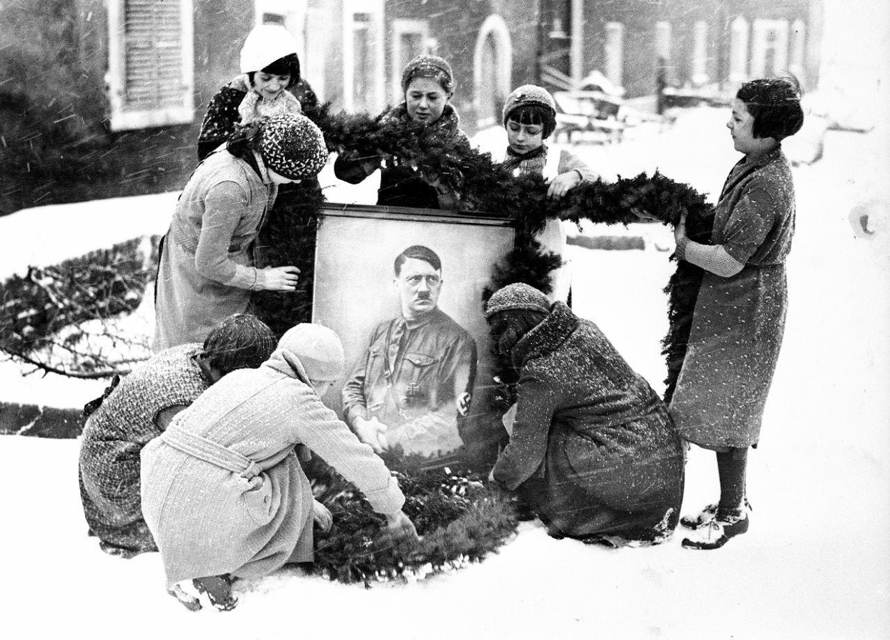 Девушки украшают портрет Гитлера на рождество в Третьем Рейхе, 1937 год.