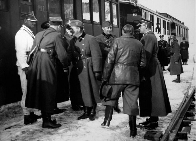 Рукопожатия польских и венгерских офицеров у поезда в оккупированной Чехословакии, 1938 год.
