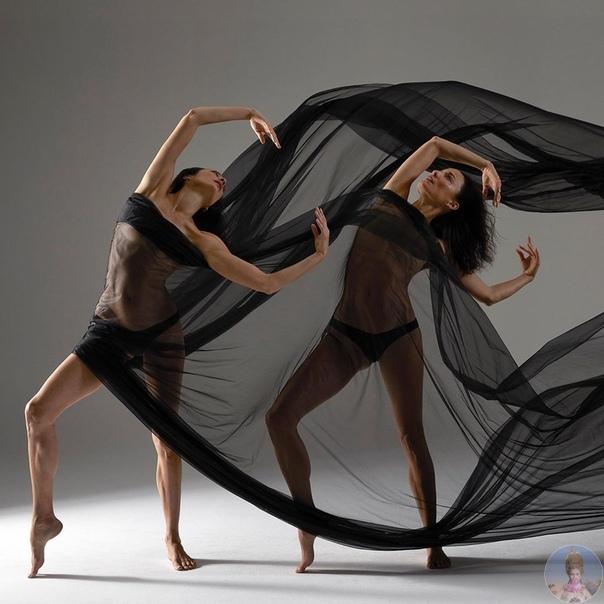 Близнецы, занимающиеся йогой и танцами, immy & Crissy