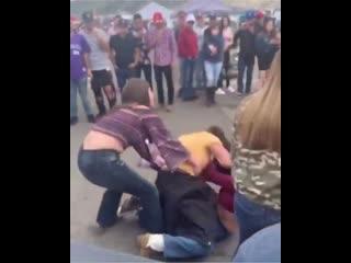 Pelea de mujeres en Truck Invasion Colorado