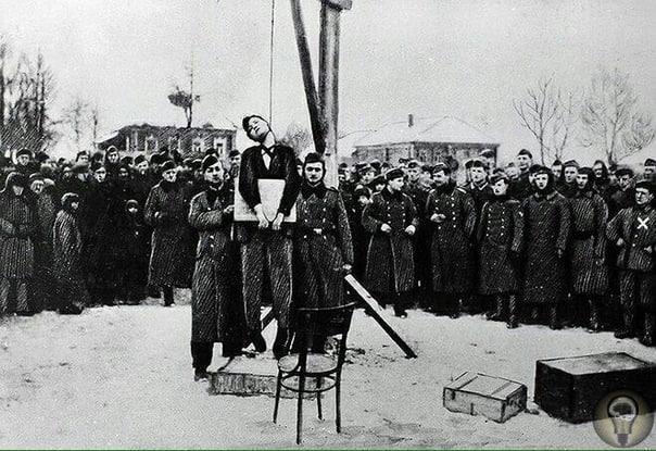Казнь Зои Космодемьянской, пойманного нацистами  красноармейца-разведчика, известного всем как «Поджигатель домов» немцев