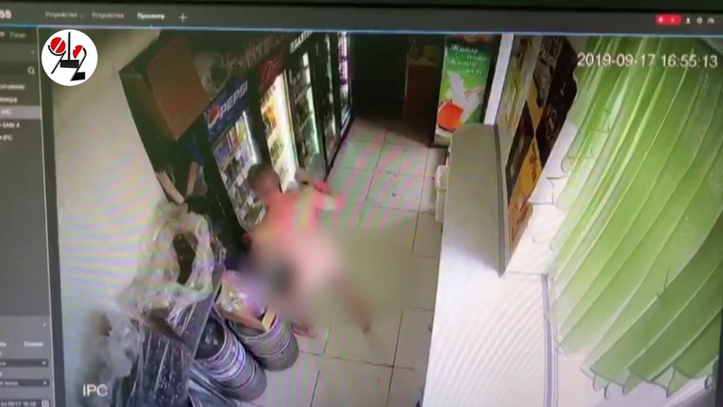 Голый псих разбил рукой холодильник в кафе. Real video