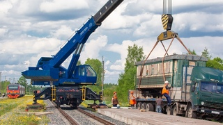 Narrow gauge passenger carriages delivering and unloading