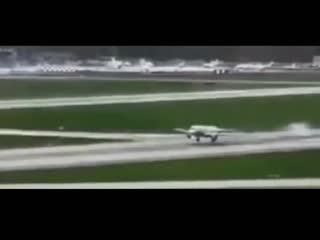Новое видео аварийной посадки SSJ 100 в Шереметьево.