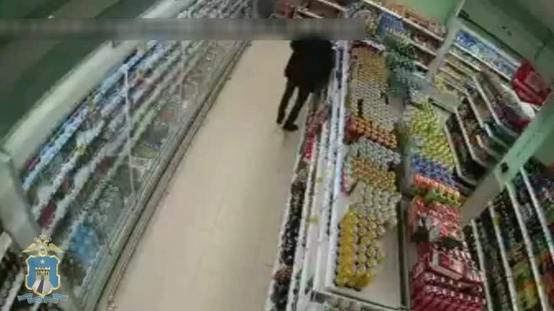 Мужчина крадет из супермаркета Ставрополя
