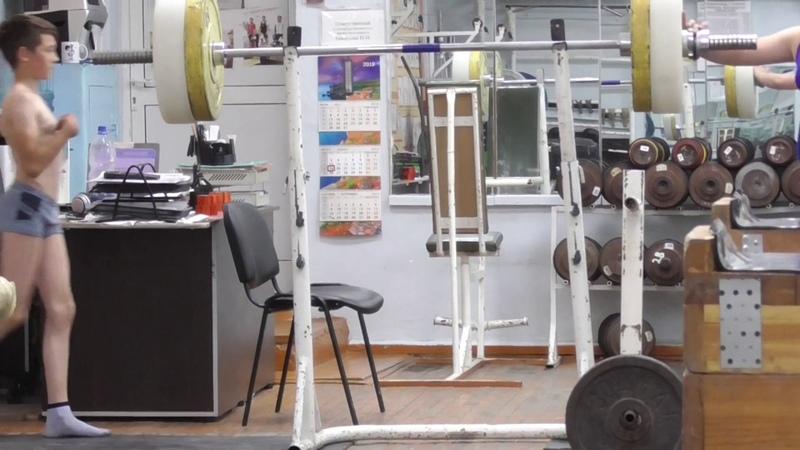 Шумихин Артур вк 35 кг 13 лет После взвешивания Пряничников М Готовится к присед 65 кг
