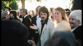 Paul McCartney with his wife Linda McCartney arrive to the 46th Academy Awards