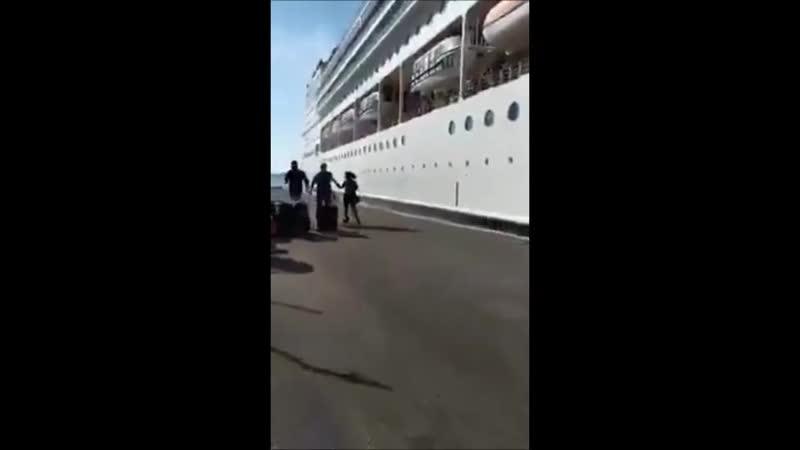 Italie un gigantesque navire de croisière percute le quai de Venise