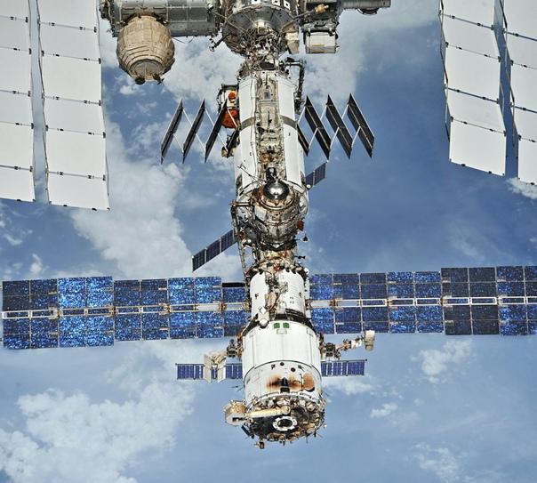 """Чёрная копоть на торце модуля """"Звезда"""" - продукты от реакции топливной пары и остатки топлива"""