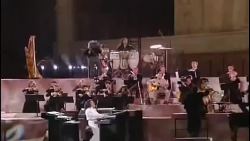 العازف 'ياني' يعزف اجمل موسيقى في وادي الذئاب